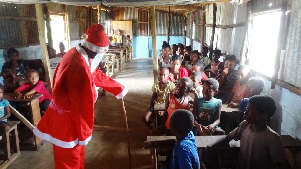 Le Père Noël fascine les enfants, ici comme ailleurs