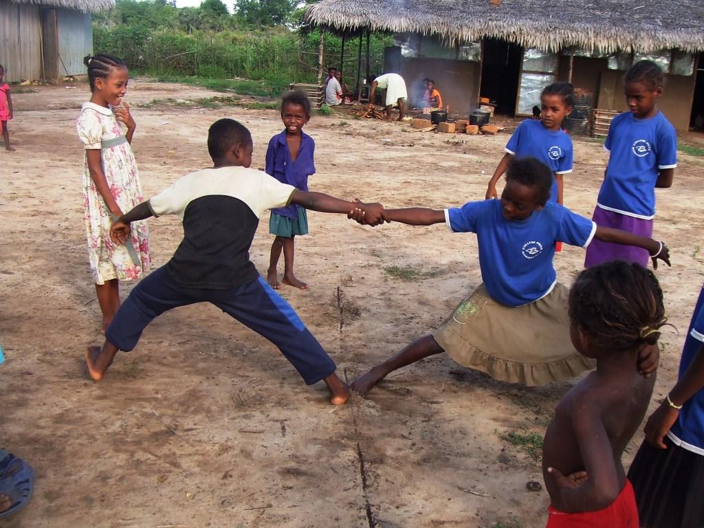 Les enfants adorent les jeux d'extérieur