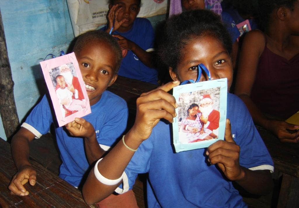 Chaque enfant reçoit sa photo avec le Père Noël