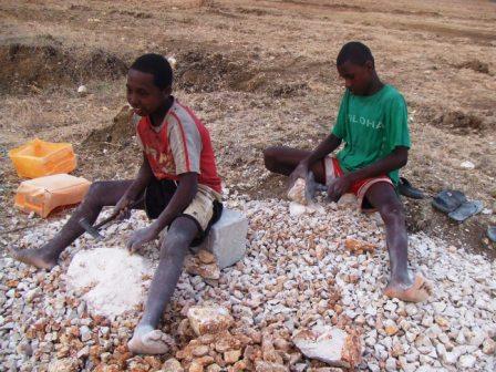 Beaucoup d'enfants travaillent à la carrière voisine, réduisant les pierres en graviers pour le bâtiment