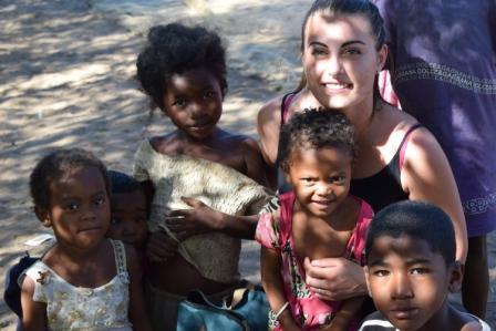 Julie avec les enfants à la plage
