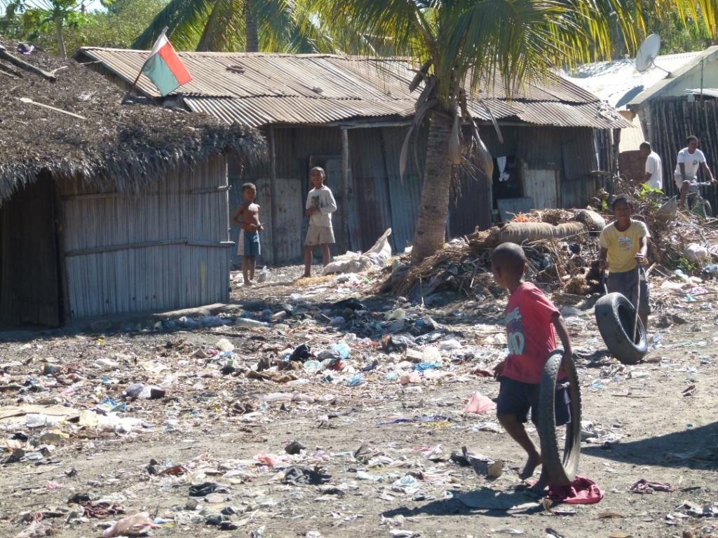 """Les quelques endroits """"au sec"""" sont encombrés d'ordures. Ce sont les espaces de jeux pour les enfants"""