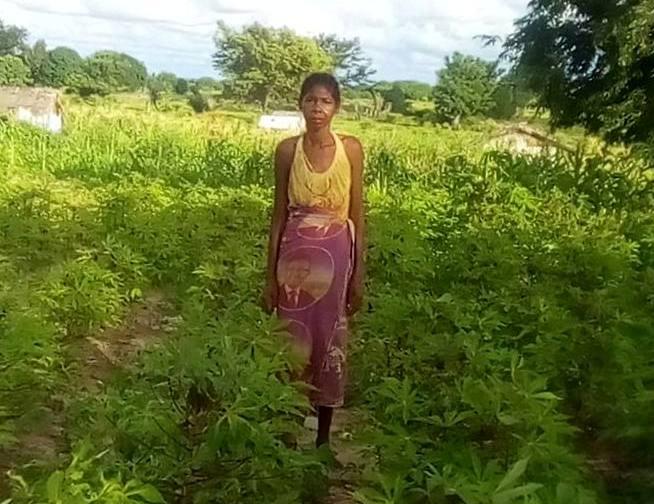 La maman d'Anika, fière de montrer ses cultures