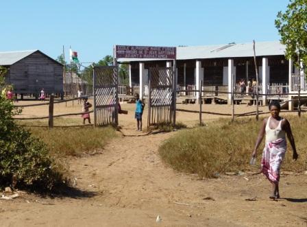 Au fond du quartier, l'école Marie Fulco, tenue par des religieuses, construite sur pilotis
