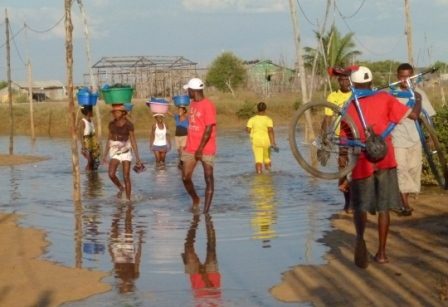 Les habitants regagnent leur domicile avant la marée haute
