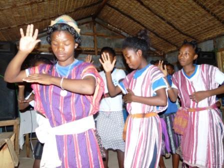 Andohagara est surtout habité par des familles originaires du sud de Madagascar, les antandroy. Ici, une danse traditionnelle