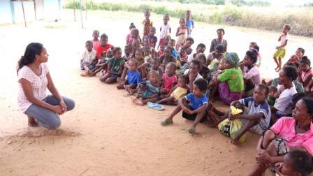 Nous avons 40 enfants bénéficiaires dans le quartier. Ici, Myriam donnant des informations aux mamans et aux enfants