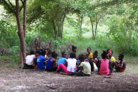 Les filles dans la discussion animée par Myriam
