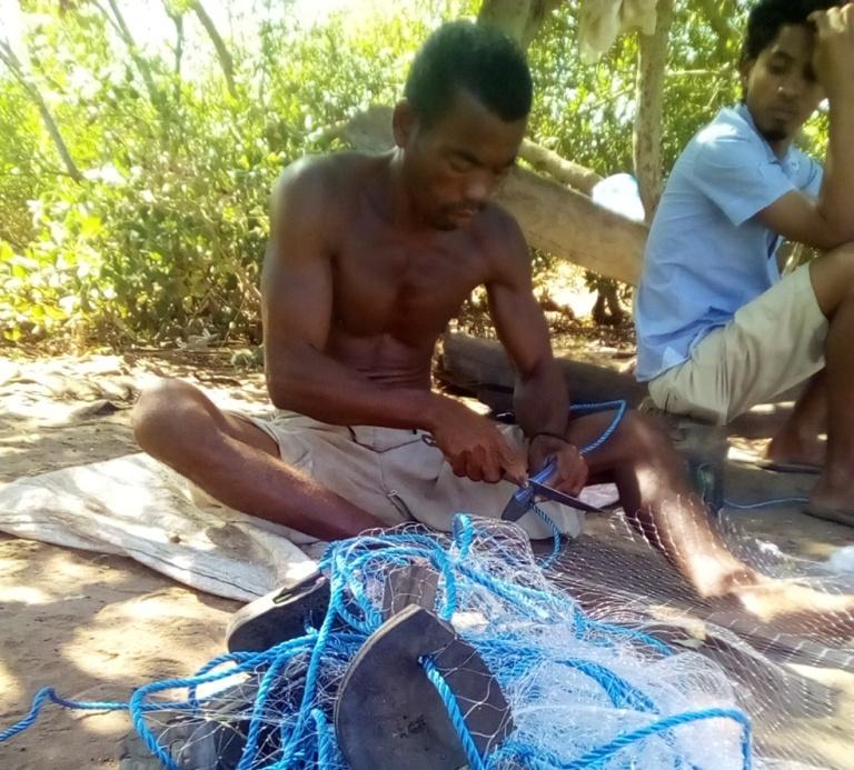 Les semelles des veilles sandales servent de flotteurs pour les filets de pêche