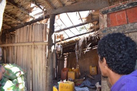 C'est la saison sèche à Majunga, le moment d'effectuer les travaux sur les maisons avant la prochaine saison des pluies.